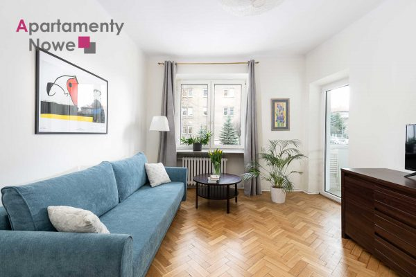 A spacious two-room apartment with a separate kitchen next to the Mogilskie roundabout.